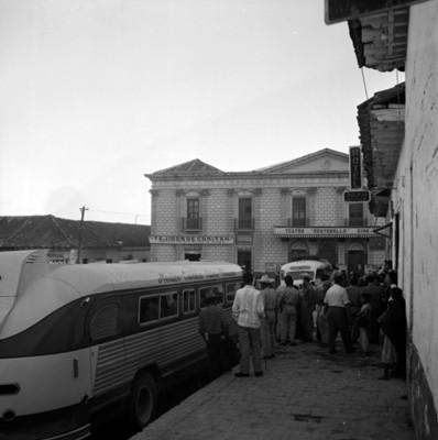"""Autobús estacionado frente al """"Hotel Delfín"""""""