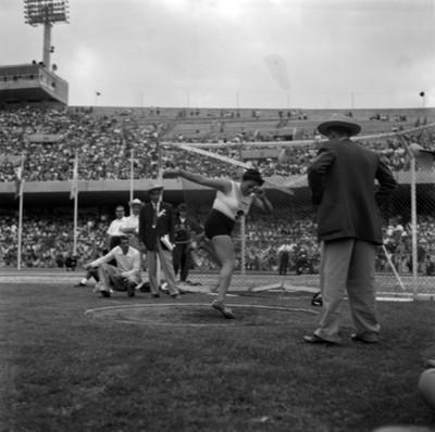 Atleta durante lanzamiento de disco en juegos panamericanos