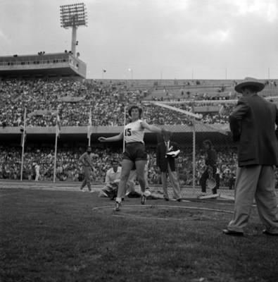 Atleta realiza lanzamiento de disco durante juegos panamericanos