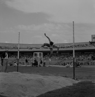Atleta realiza salto de altura