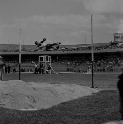 Atleta durante salto de altura