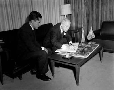 Empresario firma documento en una oficina del INPI