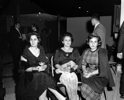 Mujeres en reunión social, retrato