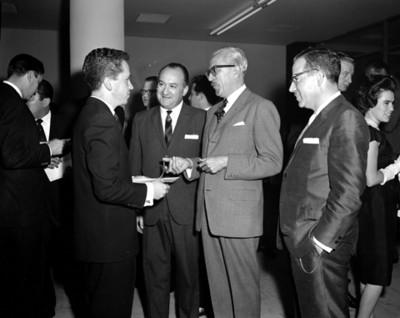 Empresarios conversan durante evento social de Autos Francia S.A.