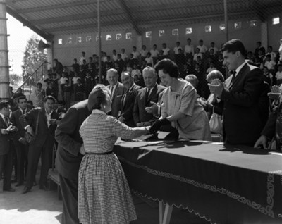 Eva María Samano entrega documento a mujer