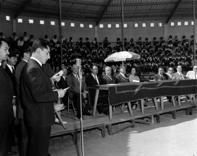 Hombre pronuncia discurso durante ceremonia