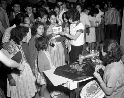Niños junto a máquina de coser