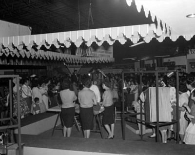 Gente en una sala de eshibición