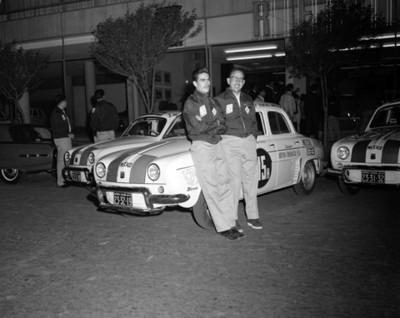 Hombres recargados en auto de carreras, retrato