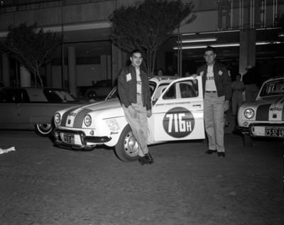 Hombres junto auto de carreras, retrato