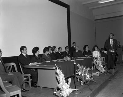 Hombre dirige unas palabras durante ceremonia en presencia de Eva Sámano