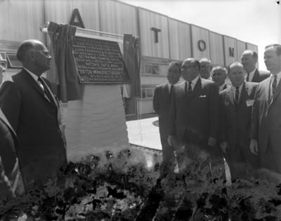 Octaviano Campos Salas y empresarios durante develación de placa inagural