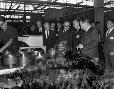 Ocataviano Campos Salas y empresarios en la planta manufacturera EATON