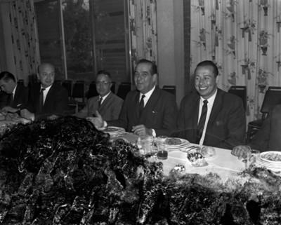 Empresarios conversan durante banquete