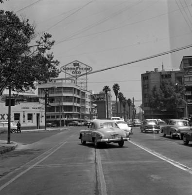 Tránsito urbano en una calle, vista parcial