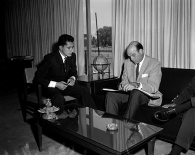 Hombres durante firma de documentos, retrato