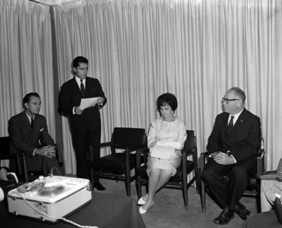 José Luis Navarro pronuncia discurso en presencia de Eva Sámano y empresarios
