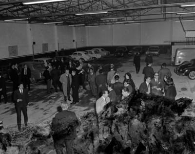Gente convive durante inauguración automotríz