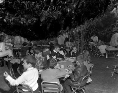 Niños durante fiesta de cumpleaños en un patio
