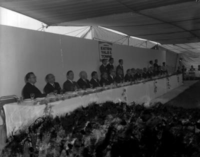 Octaviano Campos Salas y empresarios durante banquete