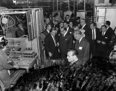 Octaviano Campos Salas conversa con un empresario en la fábrica EATON, interior