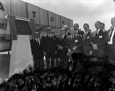 Octaviano Campos Salas y empresarios durante develación de placa inaugural de la fábrica manufacturera EATON