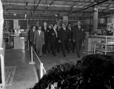 Octaviano Campos Salas y empresarios recorren las instalaciones de la fábrica manufacturera EATON
