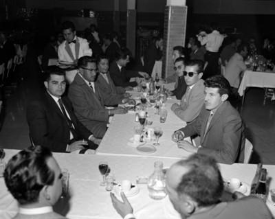 Hombres conversan durante banquete