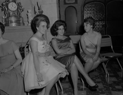 Mujeres conversan durante reunión social