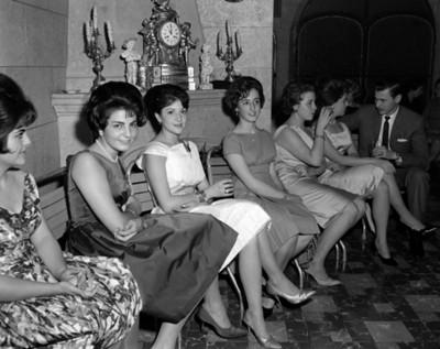 Mujeres y hombre durante reunión social