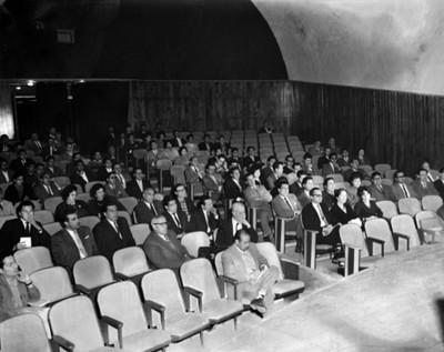 Hombres y mujeres durante conferencias