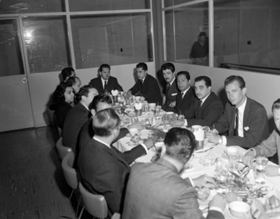 Hombres durante banquete