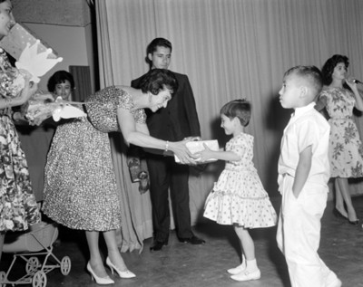 Eva Sámano de López Mateos entrega regalo a una niña del INPI
