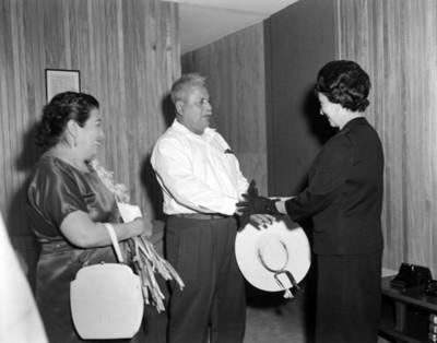 Hombre con sombrero en mano saluda a la Sra Eva Sámano