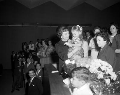 Sra. Eva Sámano de López Mateos carga a una niña