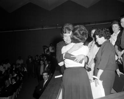 Mujer da un abrazo a la Sra. Eva Sámano López de Mateos