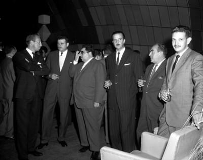 Hombres en una fiesta, retrato de grupo