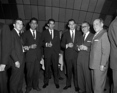 Hombres en reunión social, retrato de grupo