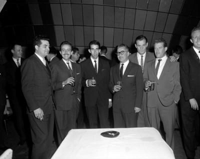 Hombres durante fiesta, retrato de grupo