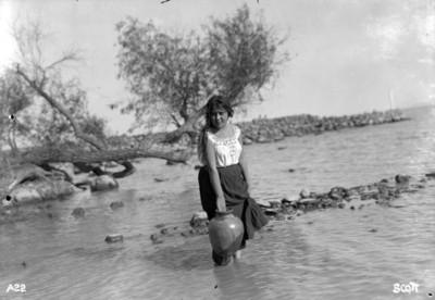 Mujer con cantaro en el río, retrato