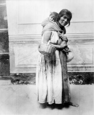 Mujer con niño en la espalda, retratos