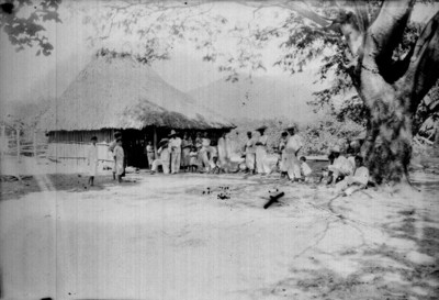 Campesinos en un jacal, retrato de grupo