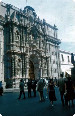 Personas caminan por el exterior de iglesia