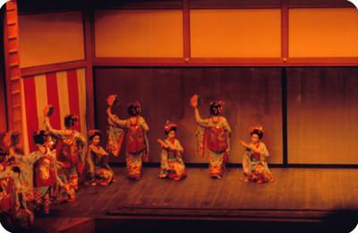 Geishas ejecutan danza con abanicos