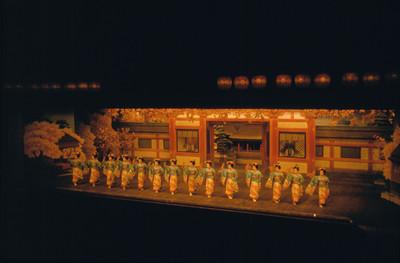 Geishas saludan de pie sobre el escenario