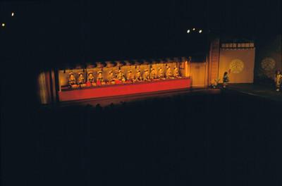 Vista de Geishas hincadas sobre el escenario