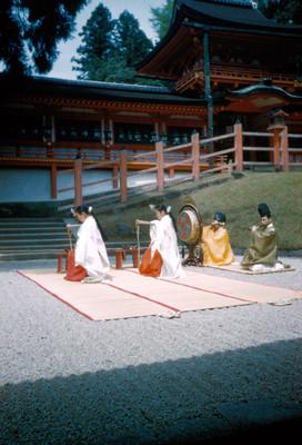 Musicos y bailarinas al exterior del Santuario Kasuga