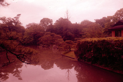 Vista de santuario junto a lago