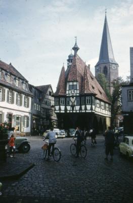 Ciclistas al exterior del Ayutamiento de Michelstadt