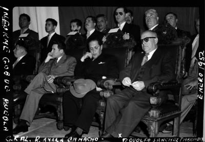 Rodolfo Sánchez Taboada en el informe del gobernador de Puebla Gral. Rafael Ávila Camacho, retrato de grupo